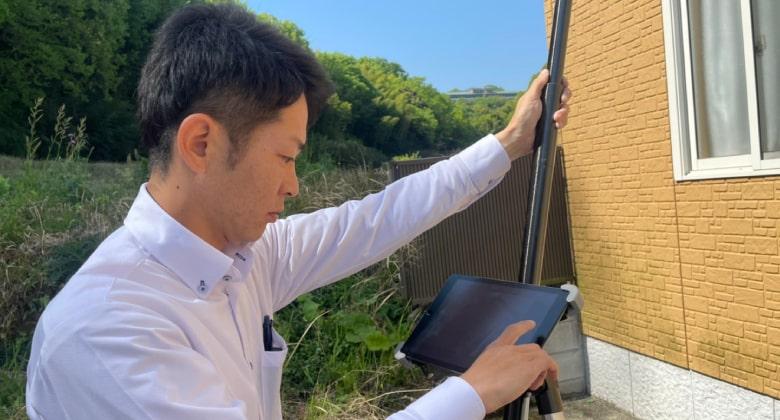 外壁診断でモニター画面を確認している小澤社長