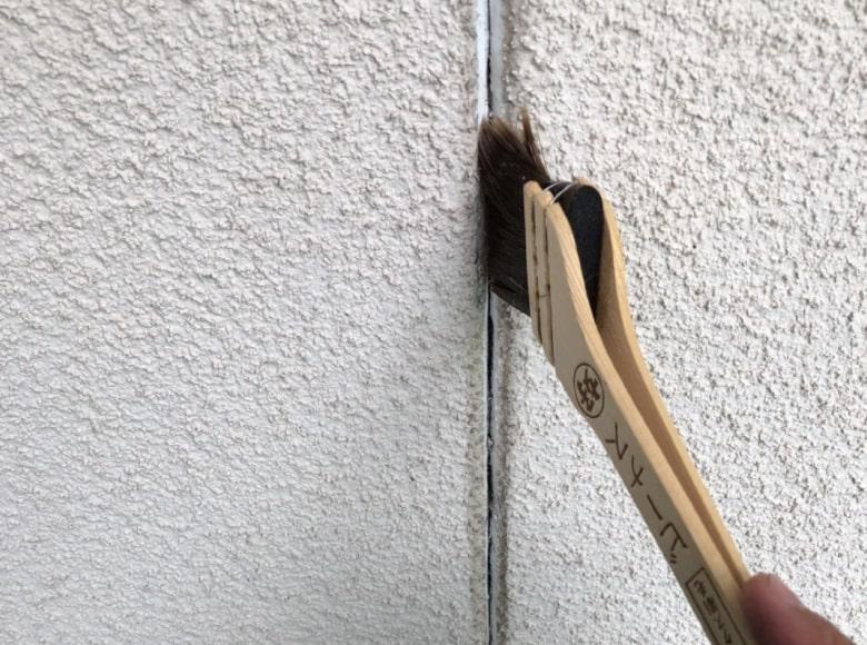 岩国Y様邸、コーキング下地材を塗装する様子