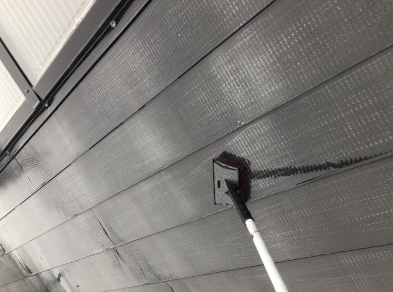 岩国Y様邸、屋根を清掃している様子
