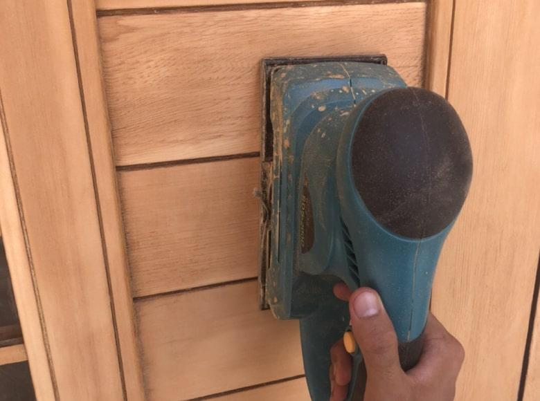 玄関ドアを研磨している様子