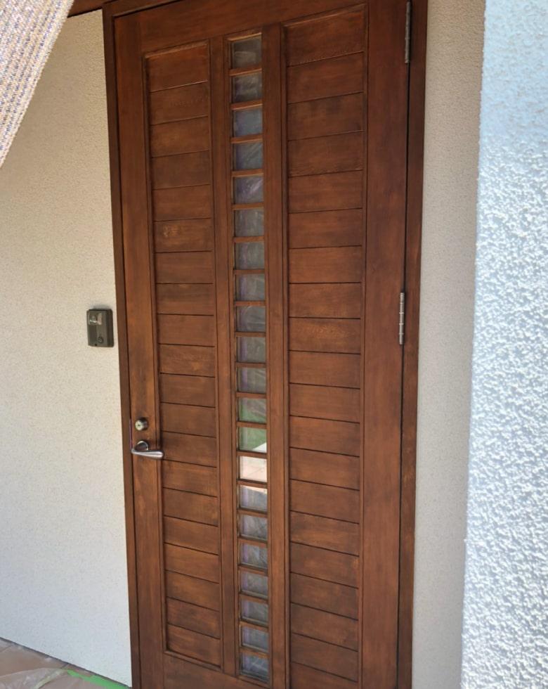 玄関ドアの着色。塗装完了写真