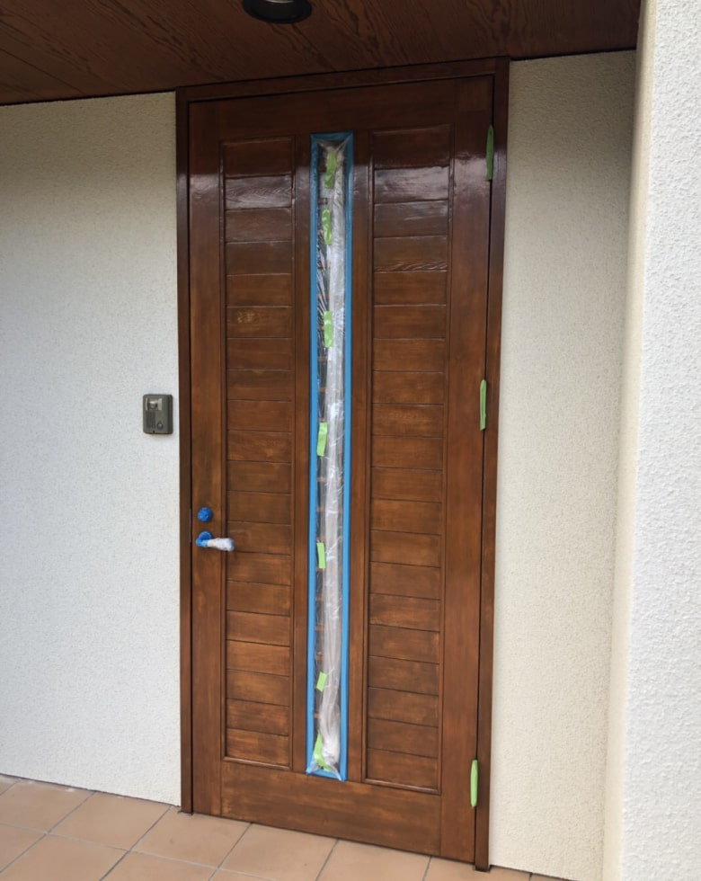 玄関ドアの仕上げ、クリア塗装完了写真